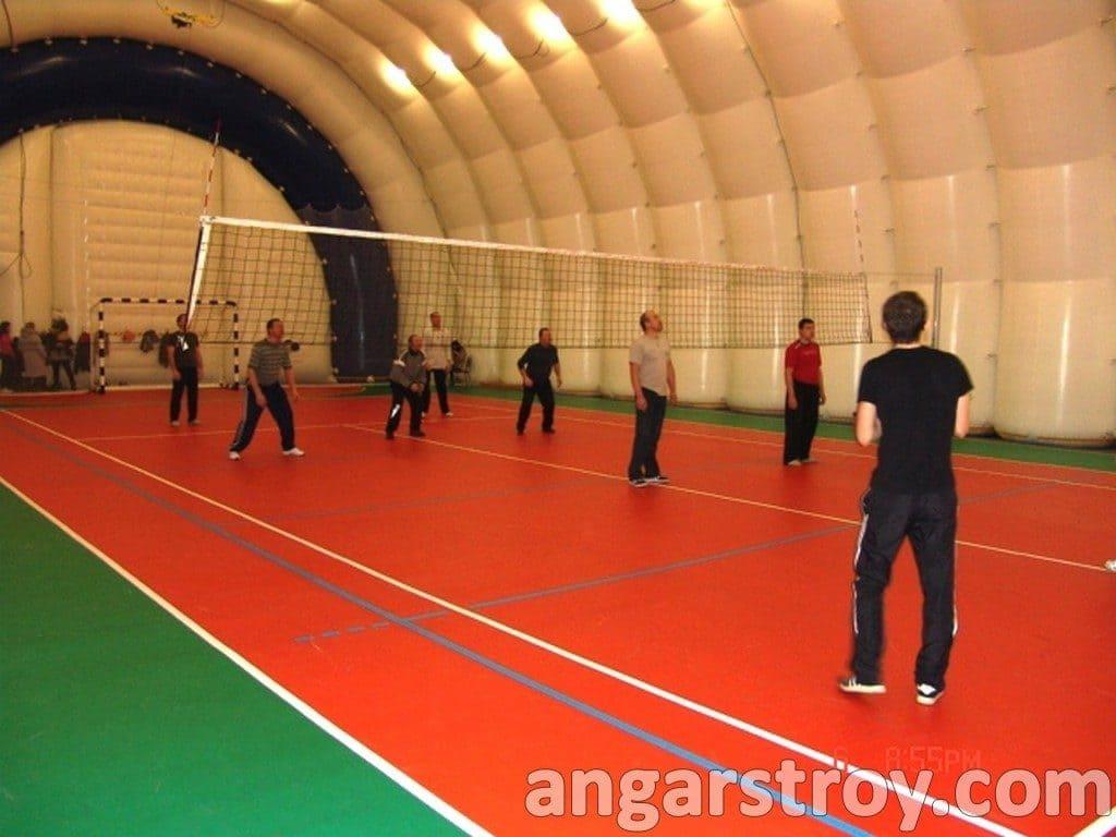 Игра в волейбол внутри спортивного ангара