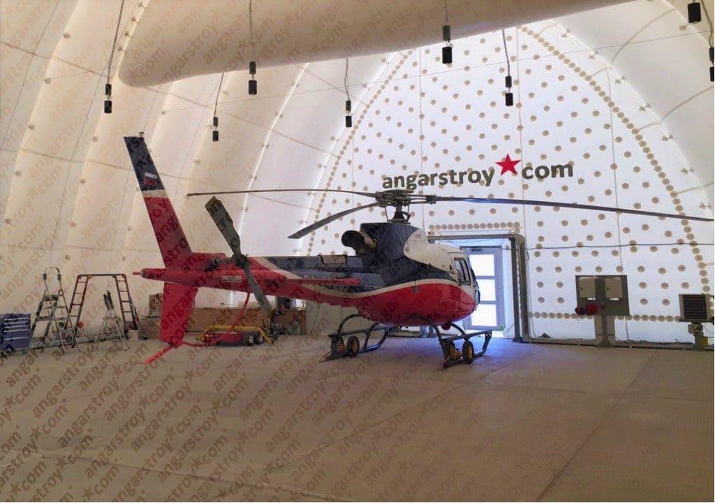 Вертолет в ангаре