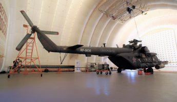Вертолет внутри авиационного ангара